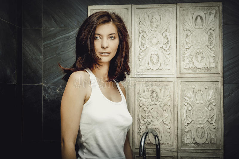 Belle femme naturelle dans la salle de bains image stock