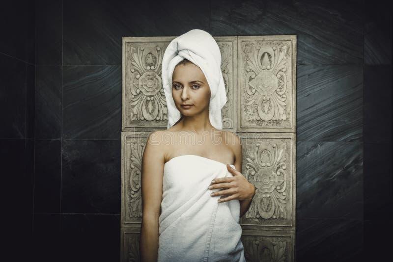 Belle femme naturelle dans la salle de bains photo stock