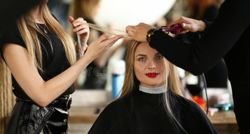 Belle femme obtenant la coiffure dans le salon de beauté photographie stock