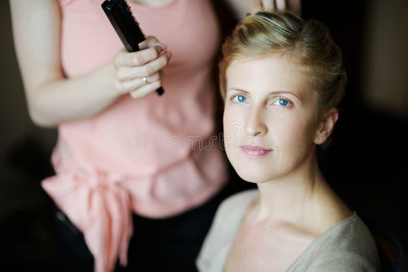 Belle femme obtenant lui des cheveux faits photo libre de droits
