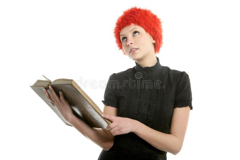 Belle femme, perruque orange affichant le vieux livre images libres de droits