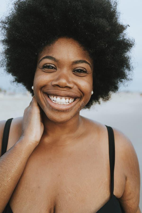 Belle femme plus d'Afro-américain de taille à la plage images stock