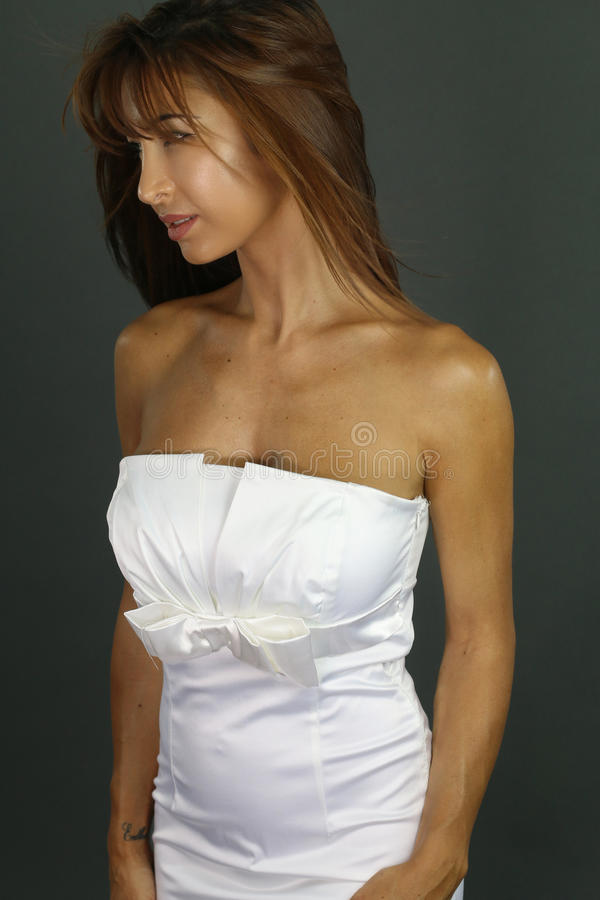 Belle femme portant une robe blanche images stock