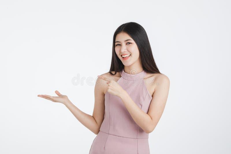 Belle femme posant des mains pour la publicité photos libres de droits