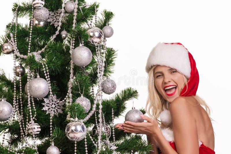 Belle femme près de l'arbre de nouvelle année photo libre de droits