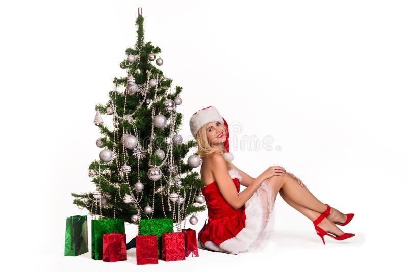 Belle femme près de l'arbre de nouvelle année photo stock