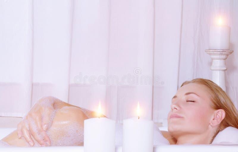 Belle femme prenant le bain image libre de droits