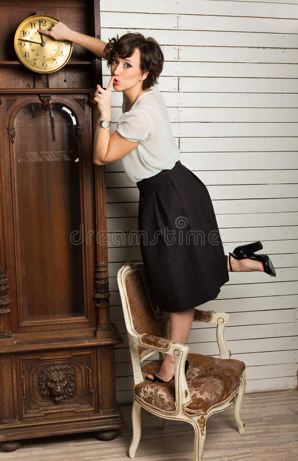 Belle femme rebobinant l'horloge images libres de droits