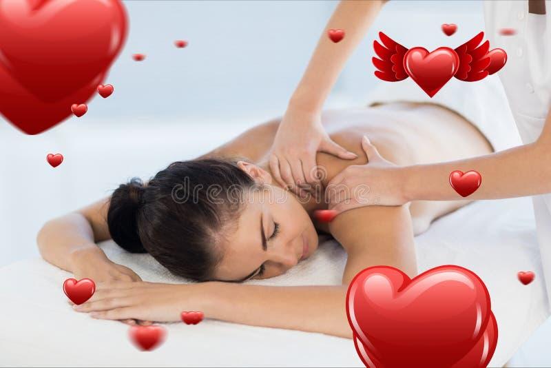 Belle femme recevant le massage de station thermale photographie stock libre de droits