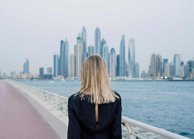 Belle femme regardant à Dubaï Marina Landscape photo libre de droits