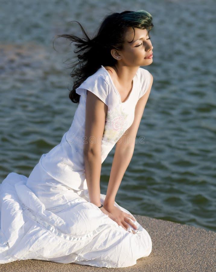 Belle femme regardant à l'extérieur l'océan a images libres de droits
