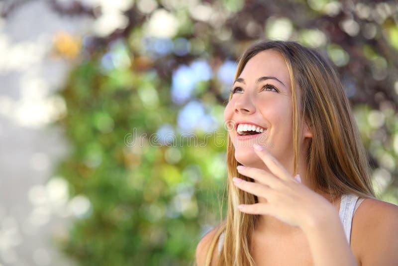 Belle femme riant et regardant en haut photographie stock libre de droits