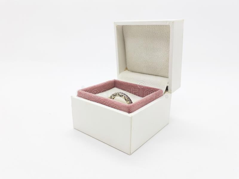 Belle femme Ring Jewelry de luxe à l'arrière-plan d'isolement blanc 01 photo stock
