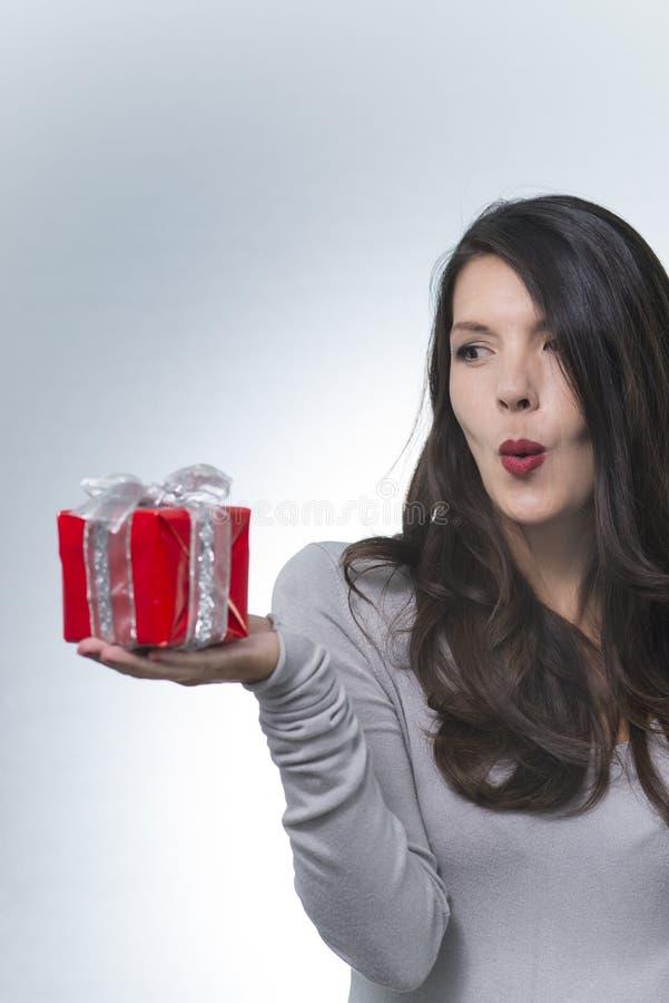 Belle femme romantique tenant un cadeau photos stock