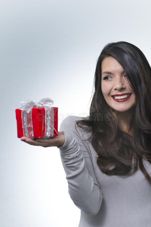 Belle femme romantique tenant un cadeau image stock
