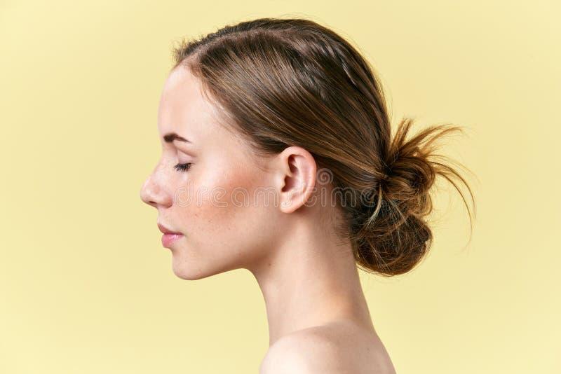 Belle femme rousse avec le portrait de profil de studio de taches de rousseur Modelez avec le maquillage nu léger, yeux fermés photo libre de droits