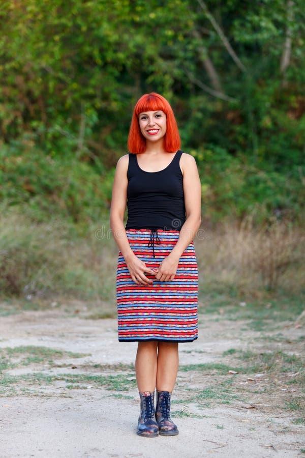 Belle femme rousse avec une belle jupe image stock