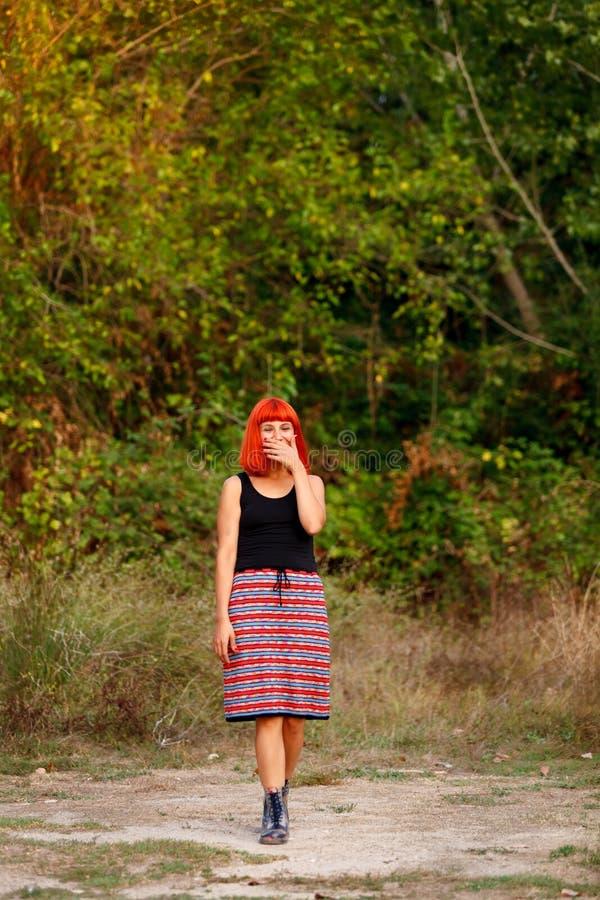 Belle femme rousse avec une belle jupe photo stock