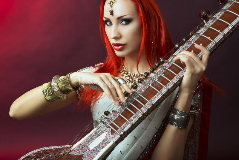 Belle femme rousse dans l'Indien Sari avec le Pla oriental de bijoux photo stock