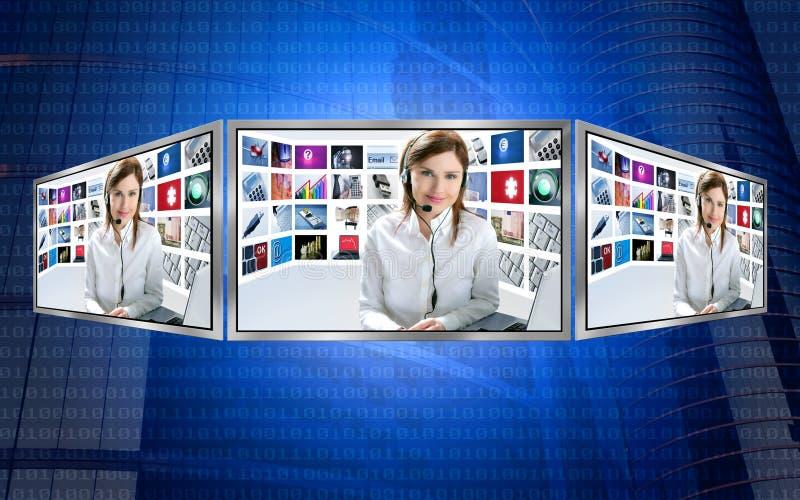 Belle femme rousse des nouvelles TV sur l'affichage 3d photographie stock