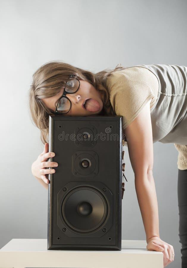 Belle femme s'étendant sur le grand haut-parleur photographie stock libre de droits