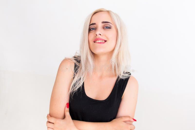 Belle femme sûre mordant sa lèvre images libres de droits