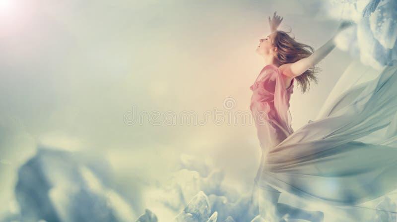 Belle femme sautant sur une fleur géante photos libres de droits