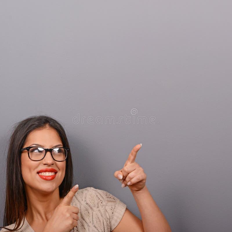 Belle femme se dirigeant pour masquer le secteur sur le fond gris images stock