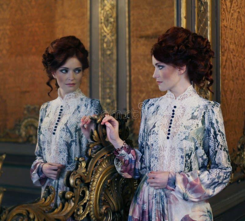 Download Belle Femme Se Tenant Dans La Salle De Palais Avec Le Miroir Image stock - Image du charme, vivre: 77150799