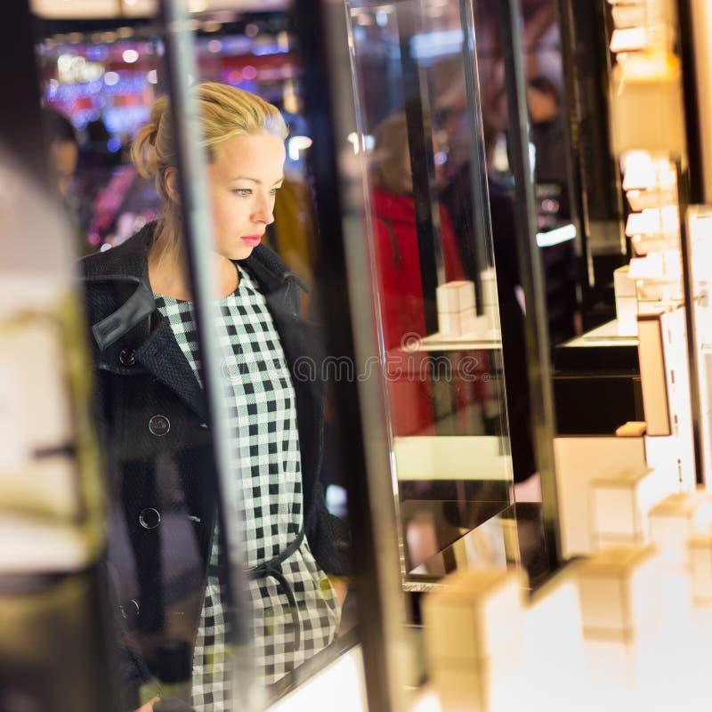 Download Belle Femme Se Tenant Devant L'étalage Photo stock - Image du loisirs, mode: 56485502