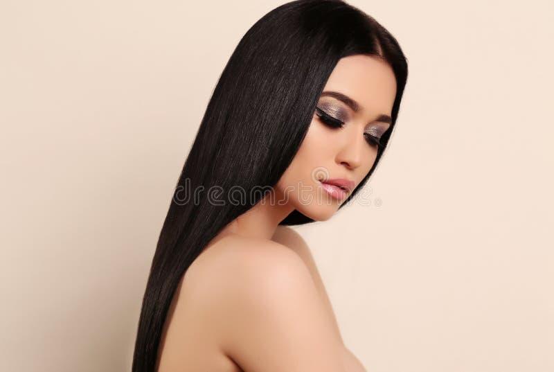 Belle femme sensuelle avec de longs cheveux foncés et maquillage lumineux images stock