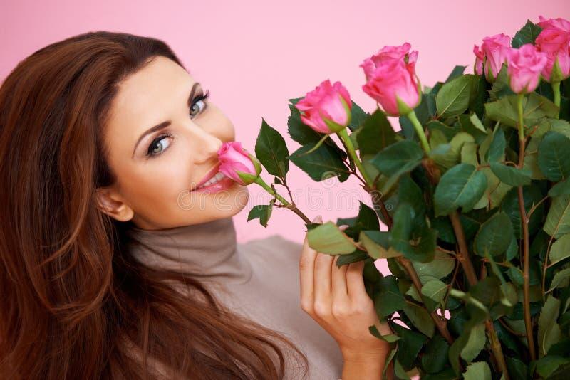 Belle femme sentant une rose photographie stock