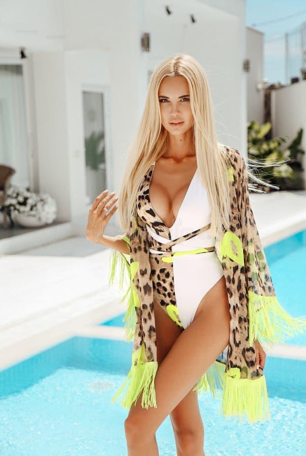 Belle femme sexy avec les cheveux blonds dans le costume de natation élégant photographie stock libre de droits