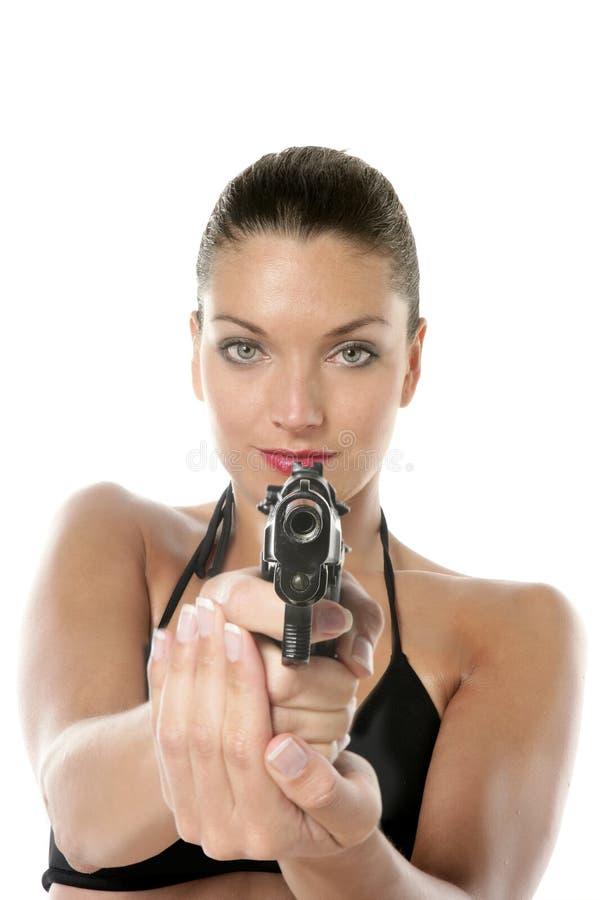 Belle femme sexy de bikini avec le canon noir photographie stock libre de droits
