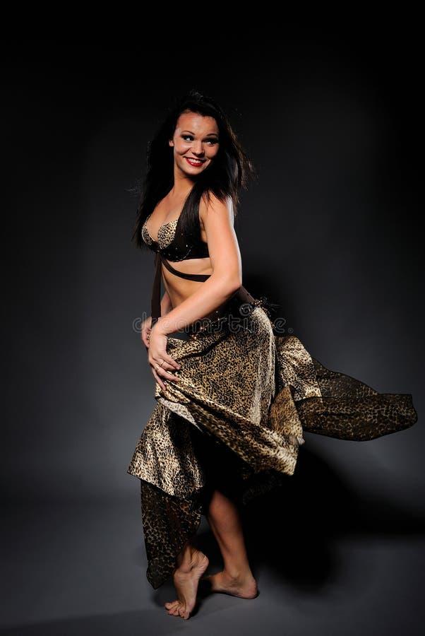 Belle femme sexy de danseur dans le costume de bellydance image stock