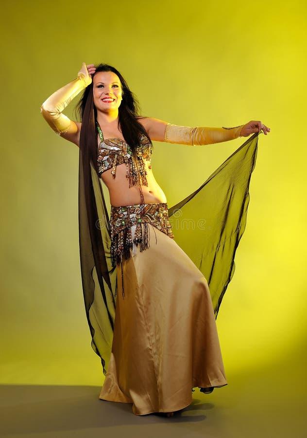 Belle femme sexy de danseur dans le costume de bellydance photographie stock libre de droits