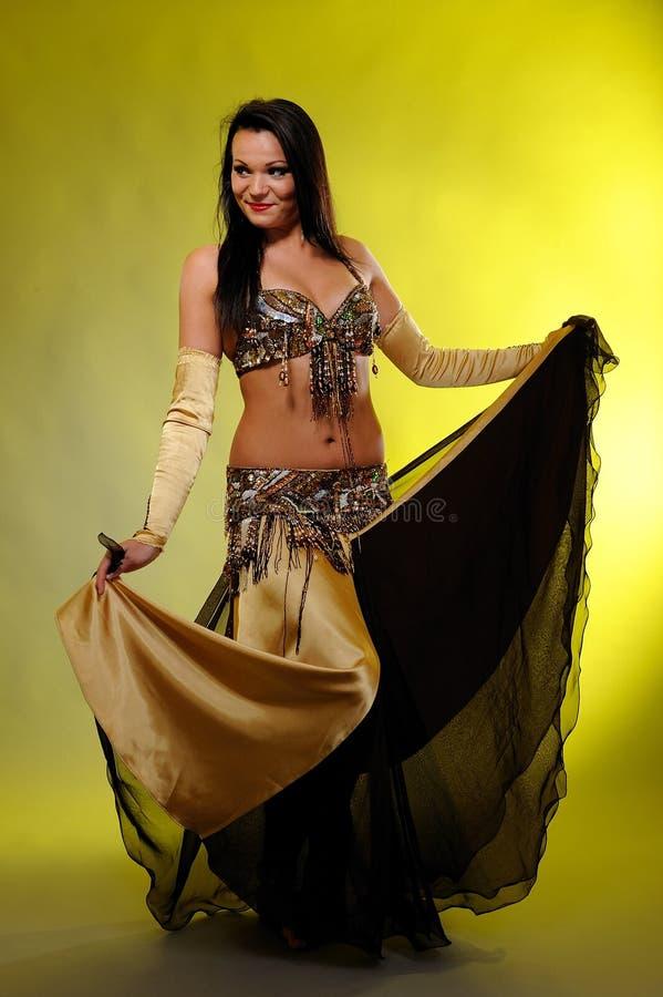 Belle femme sexy de danseur dans le costume de bellydance photo stock