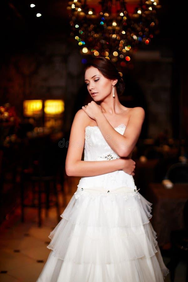 Belle jeune mariée sexy dans la robe de mariage blanche image libre de droits