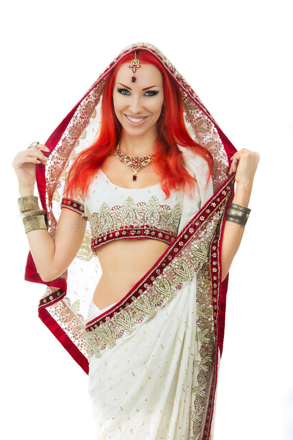 Belle femme sexy rousse dans l'Indien traditionnel Sari Clothing photos stock
