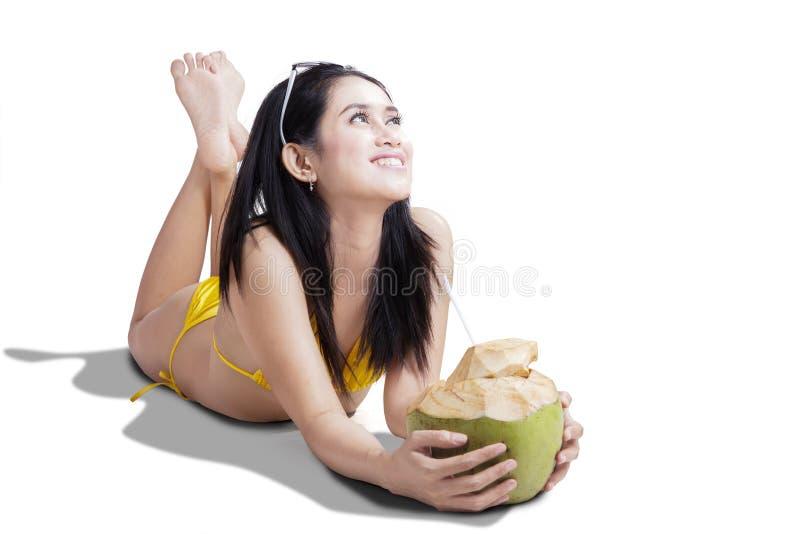 Belle femme souriant avec la boisson de noix de coco photos libres de droits