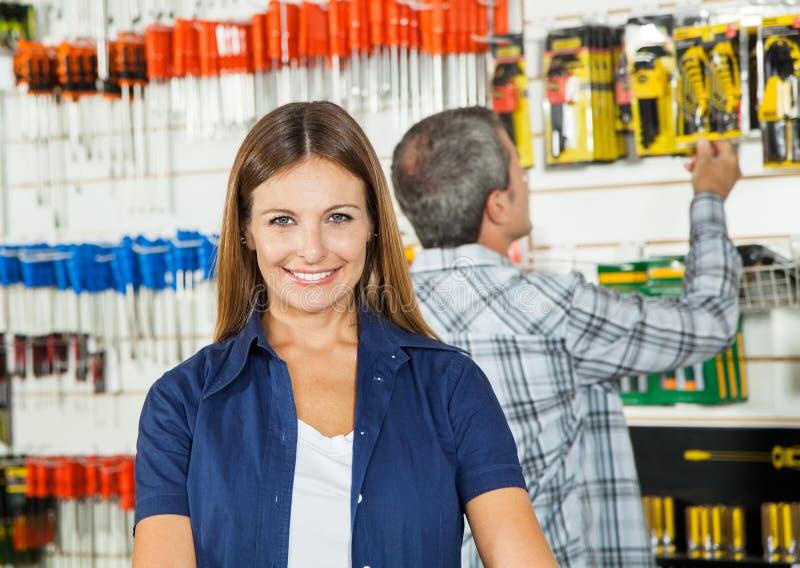 Belle femme souriant dans le magasin de matériel photo libre de droits