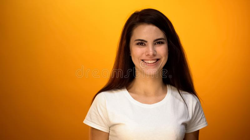 Belle femme souriant sur le fond jaune, sain et satisfaisant avec la vie images libres de droits