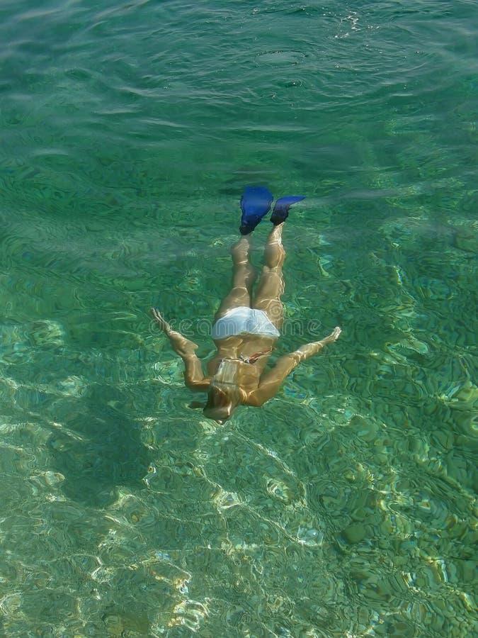 Belle femme sous-marin photo stock