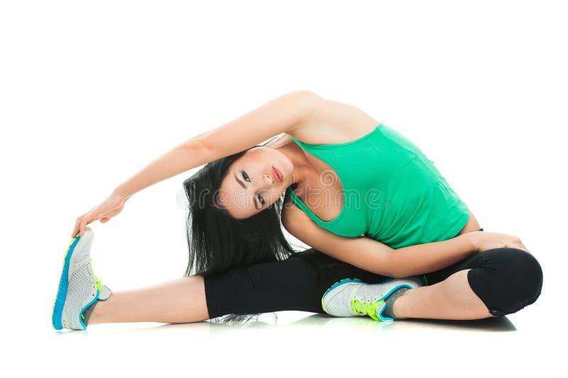 Belle femme sportive faisant l'exercice sur le plancher photos stock
