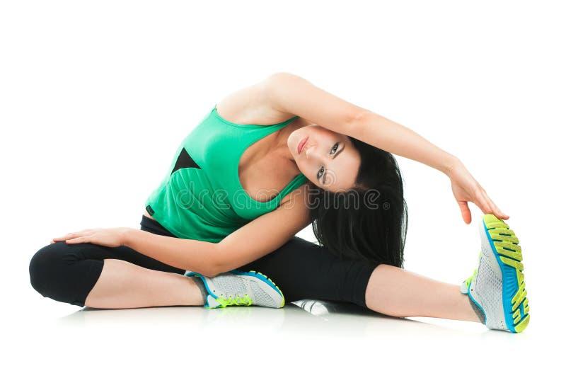 Belle femme sportive faisant l'exercice sur le plancher photo libre de droits