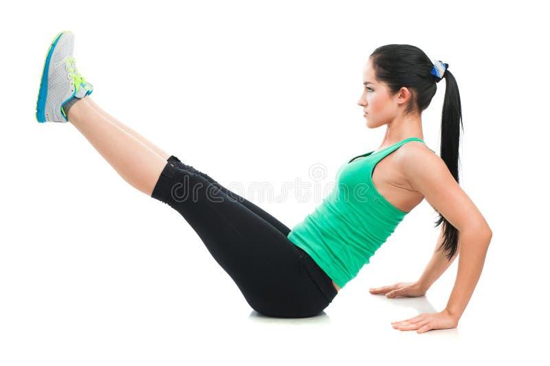Belle femme sportive faisant l'exercice sur le plancher photographie stock libre de droits