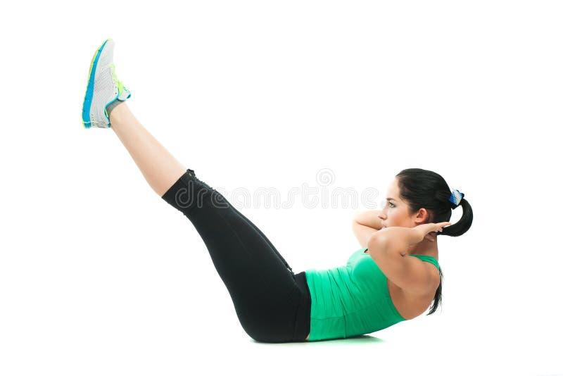 Belle femme sportive faisant l'exercice sur le plancher photos libres de droits