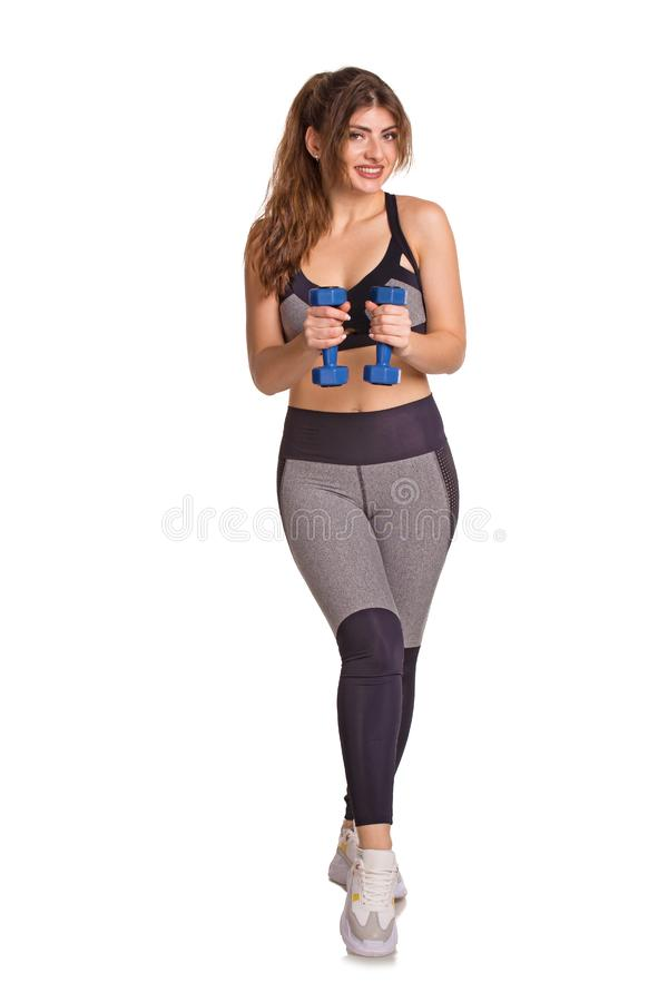 Belle femme sportive s'exerçant pour rester la formation convenable avec des haltères Concept de mode de vie de Healty photos libres de droits