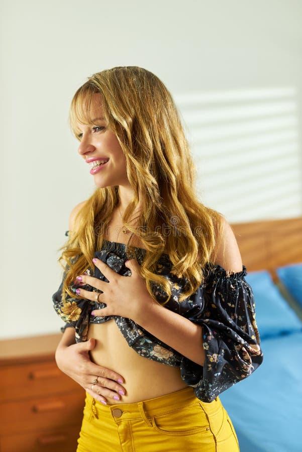Belle femme suivant un régime contemplant la perte de poids de ventre images stock