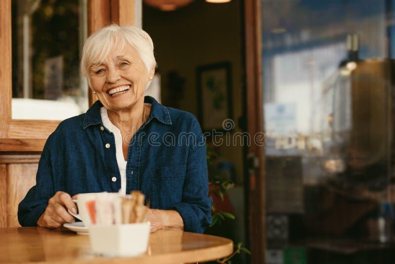 Belle femme supérieure au café photo stock